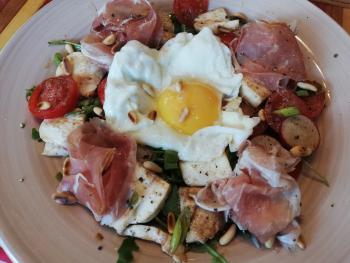 Salat mit Mozzarella und Rohschinken