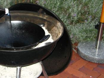 Nach dem Aufheizen hitzefestes Öl (Erdnuss zum Beispiel) hinein