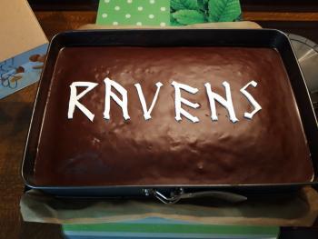 """Ravens-Kuchen. In Anlehnung an die Kneipe """"Ravens"""", das Logo wurde mit Fondant von Hand geschnitten"""