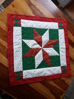 2. Deckchen. Das Ornament aus dem Stoff wiederholt sich jetzt auf dem Rand