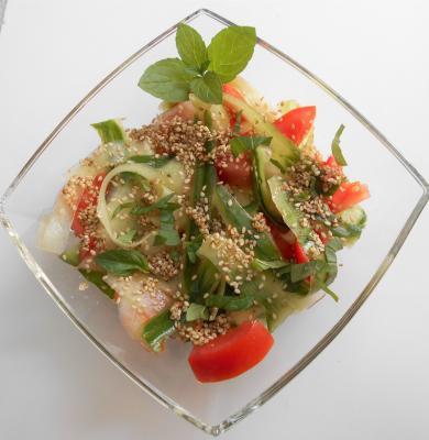 Gurkensalat mit Tomaten und Sesam
