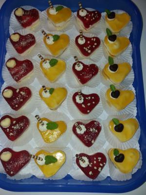 Miniherzchen mit Joghurtsahnefüllung und Erdbeer- und Maracuja Topping
