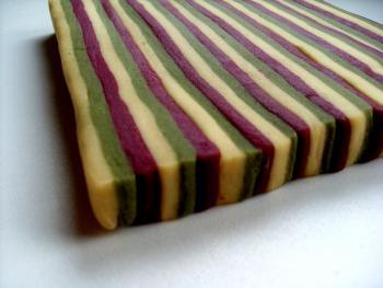 ...so sollte der Block jetzt aussehen. Auswellen dann immer in Längsrichtung der Streifen: Erst mit dem Nudelholz...