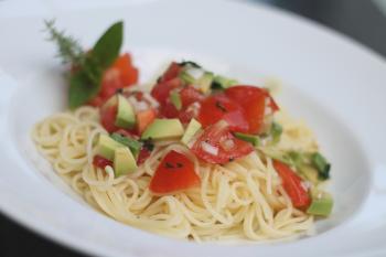 Spaghetti mit Tomaten - Avocado - Salsa