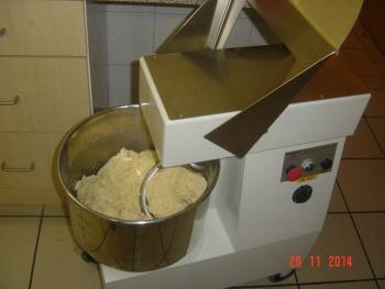 Meine Knetmaschine knetet den Teig von 6 Quarkstollen