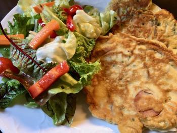 Wurstpfannkuchen und Salat