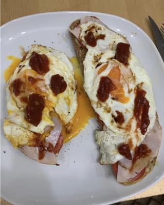 Strammer Max mit Tomate, Schinken, Ei und scharfem Ketchup