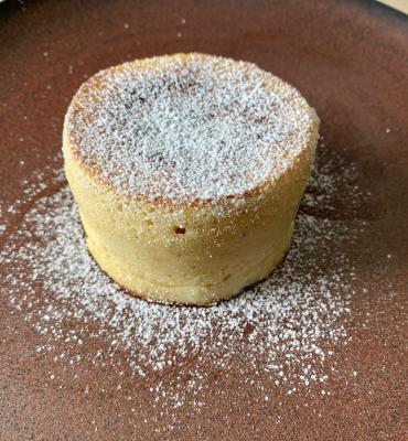 Hoher Pancake mit kleinen Apfelstückchen