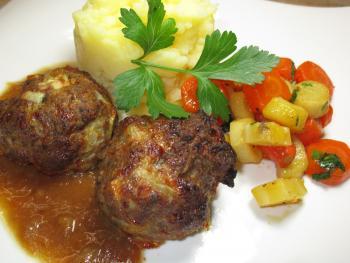 http://www.chefkoch.de/rezepte/1299971235062933/Frikadellen-aus-dem-Backofen.html, http://www.chefkoch.de/rezepte/1044401209381123/Wurzelpetersilie-Karotten-Gemuese.html