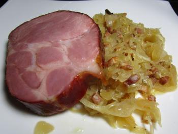 Kassler mit http://www.chefkoch.de/rezepte/827671187423216/Weltbestes-Sauerkraut.html