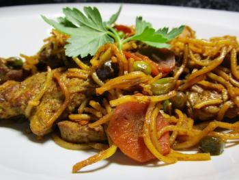 Gebratene Curry-Mudeln mit Pute
