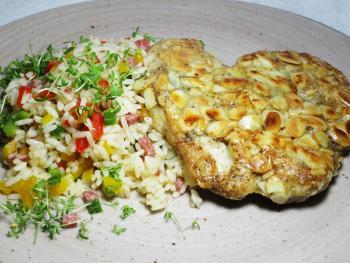 Putenschnitzel in Mandelkruste, Reissalat mit Salami und Paprika