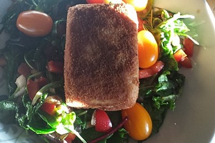 Gebratener Schafskäse im Speckmantel auf Rucola-Parmesan-Salat 38