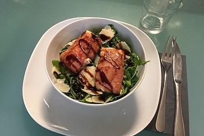Gebratener Schafskäse im Speckmantel auf Rucola-Parmesan-Salat 28