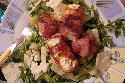 Gebratener Schafskäse im Speckmantel auf Rucola-Parmesan-Salat 45