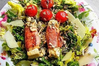 Gebratener Schafskäse im Speckmantel auf Rucola-Parmesan-Salat 1