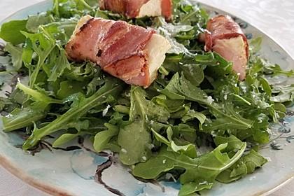 Gebratener Schafskäse im Speckmantel auf Rucola-Parmesan-Salat 14
