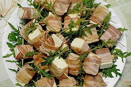 Gebratener Schafskäse im Speckmantel auf Rucola-Parmesan-Salat 19