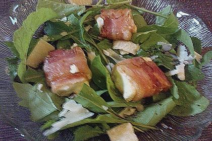 Gebratener Schafskäse im Speckmantel auf Rucola-Parmesan-Salat 48
