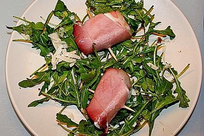 Gebratener Schafskäse im Speckmantel auf Rucola-Parmesan-Salat 11
