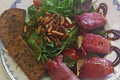 Gebratener Schafskäse im Speckmantel auf Rucola-Parmesan-Salat 37