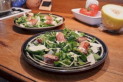 Gebratener Schafskäse im Speckmantel auf Rucola-Parmesan-Salat 15
