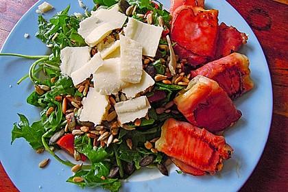 Gebratener Schafskäse im Speckmantel auf Rucola-Parmesan-Salat 16