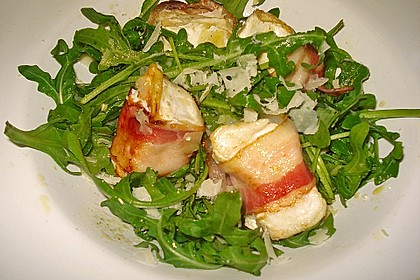 Gebratener Schafskäse im Speckmantel auf Rucola-Parmesan-Salat 20