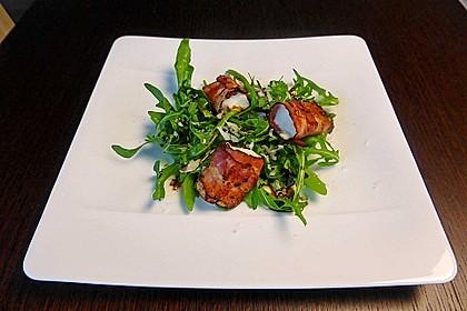 Gebratener Schafskäse im Speckmantel auf Rucola-Parmesan-Salat 2