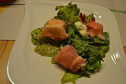 Gebratener Schafskäse im Speckmantel auf Rucola-Parmesan-Salat 26