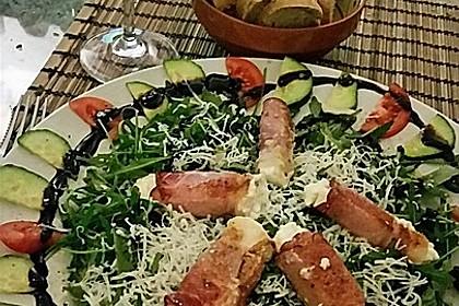 Gebratener Schafskäse im Speckmantel auf Rucola-Parmesan-Salat 33
