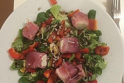 Gebratener Schafskäse im Speckmantel auf Rucola-Parmesan-Salat 30