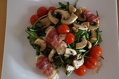 Gebratener Schafskäse im Speckmantel auf Rucola-Parmesan-Salat 40