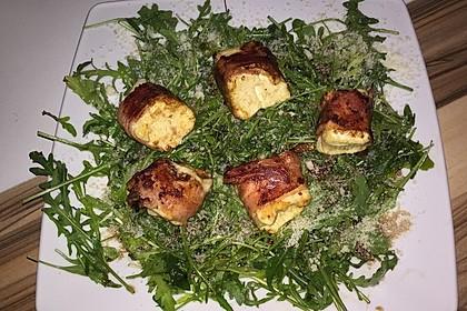 Gebratener Schafskäse im Speckmantel auf Rucola-Parmesan-Salat 50