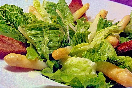 Salat à la Caesar mit glasiertem Spargel