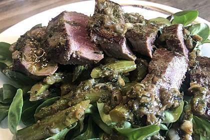 Lammfilet mit grünem Spargel an einem Salatbett
