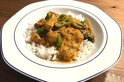 Rotes Thai Curry mit Hähnchen und Gemüse (Bild)