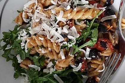 Italienischer Nudelsalat mit Rucola und getrockneten Tomaten 63