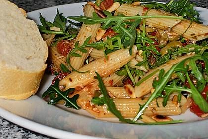 Italienischer Nudelsalat mit Rucola und getrockneten Tomaten 33