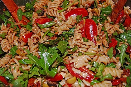 Italienischer Nudelsalat mit Rucola und getrockneten Tomaten 36
