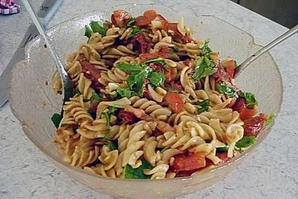 Italienischer Nudelsalat mit Rucola und getrockneten Tomaten 75