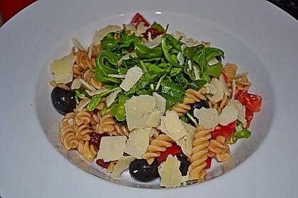 Italienischer Nudelsalat mit Rucola und getrockneten Tomaten 11