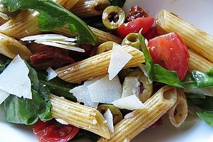 Italienischer Nudelsalat mit Rucola und getrockneten Tomaten 18