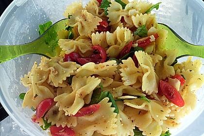 Italienischer Nudelsalat mit Rucola und getrockneten Tomaten 25