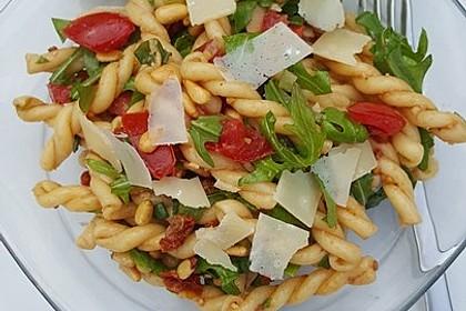 Italienischer Nudelsalat mit Rucola und getrockneten Tomaten 35