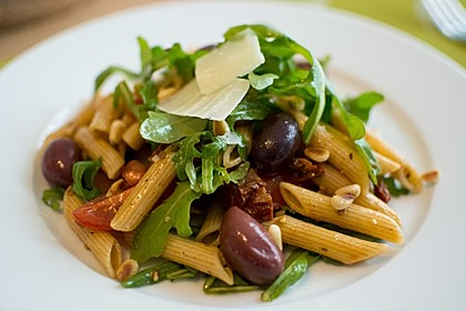 Italienischer Nudelsalat mit Rucola und getrockneten Tomaten 1