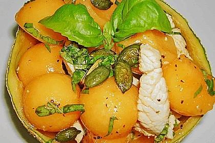 Melonensalat mit Hühnerbruststreifen und Basilikum