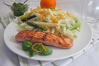 Auf der Haut gebratener Lachs, gekochter Spargel mit Orangen - Limetten - Hollandaise