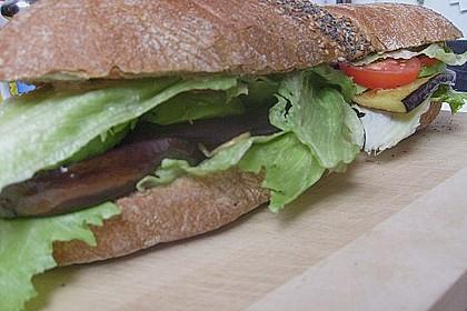 Tomaten-Auberginen-Avocado-Burger 68