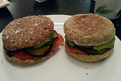 Tomaten-Auberginen-Avocado-Burger 77